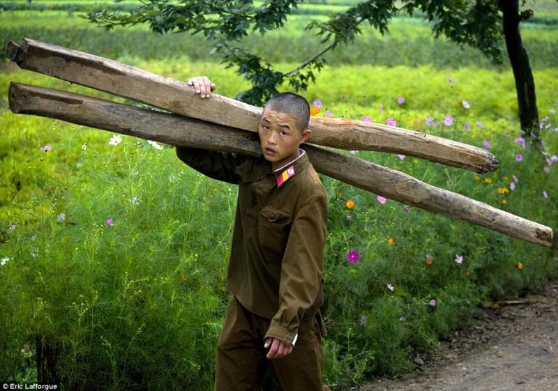insideNorthKorea01 800x561 Запрещенные фотографии — Северная Корея, снятая скрытой камерой