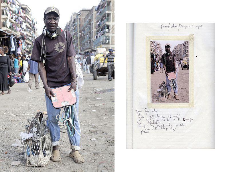 Дэн Око, 41 год, он взвешивает людей на своих старых весах за 10 шиллингов, а также продает использованные вешалки-плечики и наушники, вероятно найденные на свалках Дандора.
