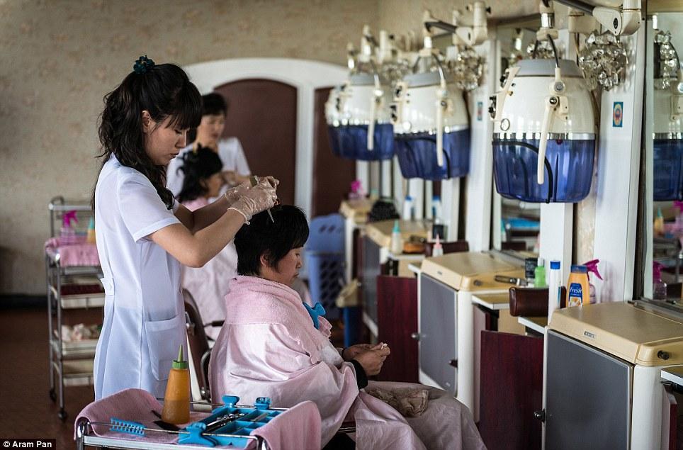Совсем недепрессивная Северная Корея: играющие напляже девушки, модные парикмахерские ирестораны