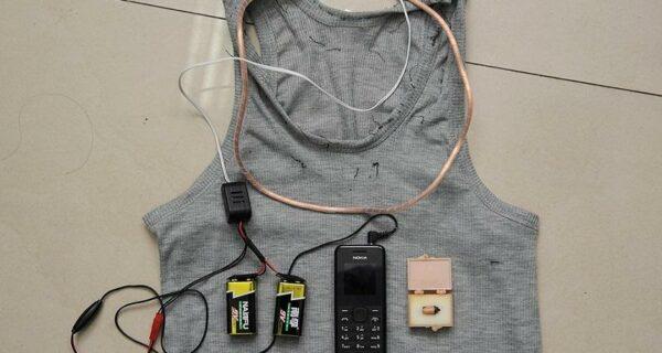 Китайские полицейские показали устройства, которые пытались использовать абитуриенты для сдачи экзаменов