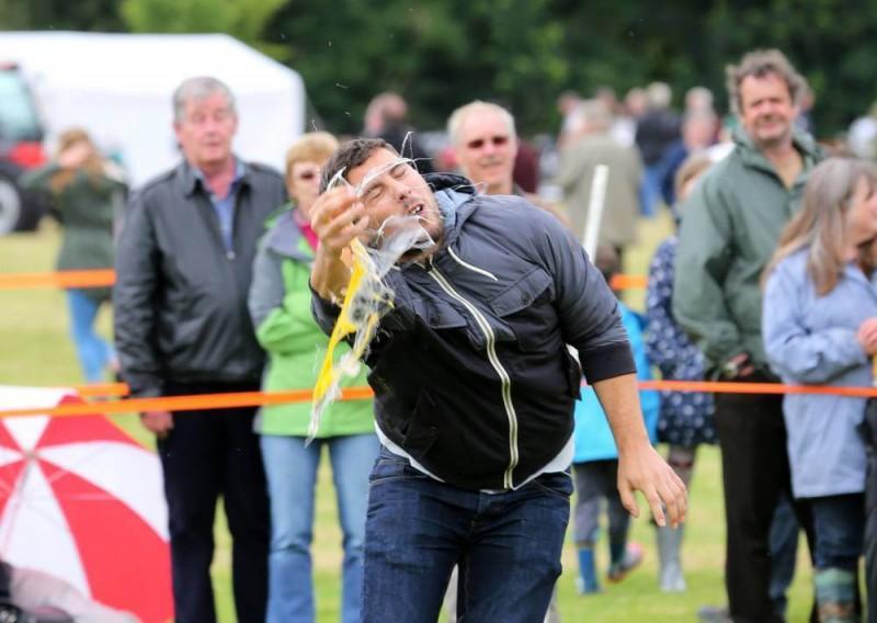 EggThrowing03 800x568 Британцы провели мировой чемпионат по метанию яиц