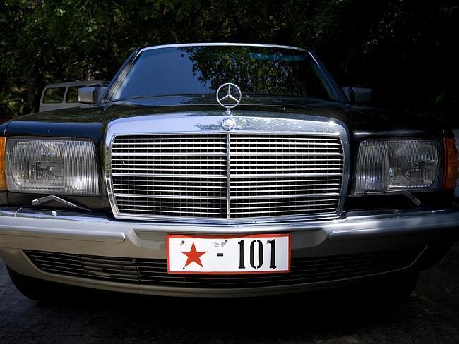 42. Показывать бедность запрещено, но и показ богатства тоже под запретом. Этот автомобиль Лафорг сфотографировал в воскресенье в одном из парков Пхеньяна. Владельцы «Мерседеса» устраивали барбекю.