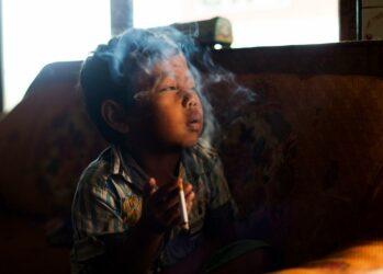 3. Юный заядлый курильщик Дихан Мухамад дома. (Michelle Siu)
