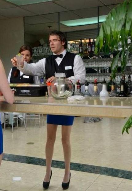 bartender reflet fail jambes femmes worldwideinterweb.com  429x6201 Отражения в тему и не очень