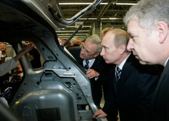 17. Путин смотрит на автомобиль очень внимательно.