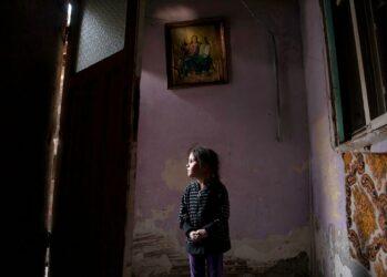 1. 4-летняя Ана-Мария Тюдор смотрит через открытую дверь в своём доме в Бухаресте, Румыния. Их в ближайшее время, планируют выселить из единственного места, которое она могла назвать домом, и им придется жить на улице. Ее отец недавно перенес операцию на желчном пузыре, и в результате инфекции, которую он получил после операции, он не в состоянии работать. Комната, в которой они живут, не имеет ванной комнаты и водоснабжения.