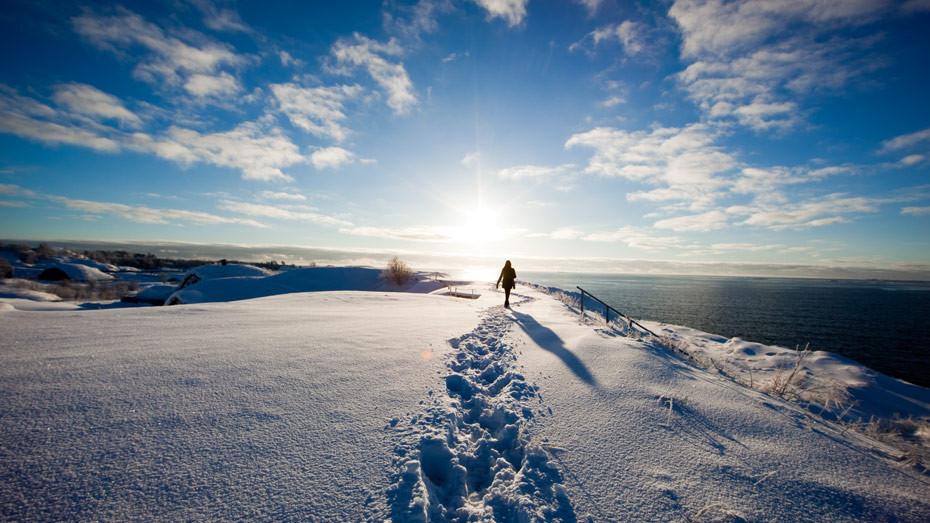 19. Все чаще новый финский дом черпает энергию, как мифологический Антей — от земли. Ведь в условиях Финляндии на глубине 200 метров температура может доходить до +10 градусов. Финские скалы — как гигантские радиаторы: летом они накапливают тепло, зимой отдают.