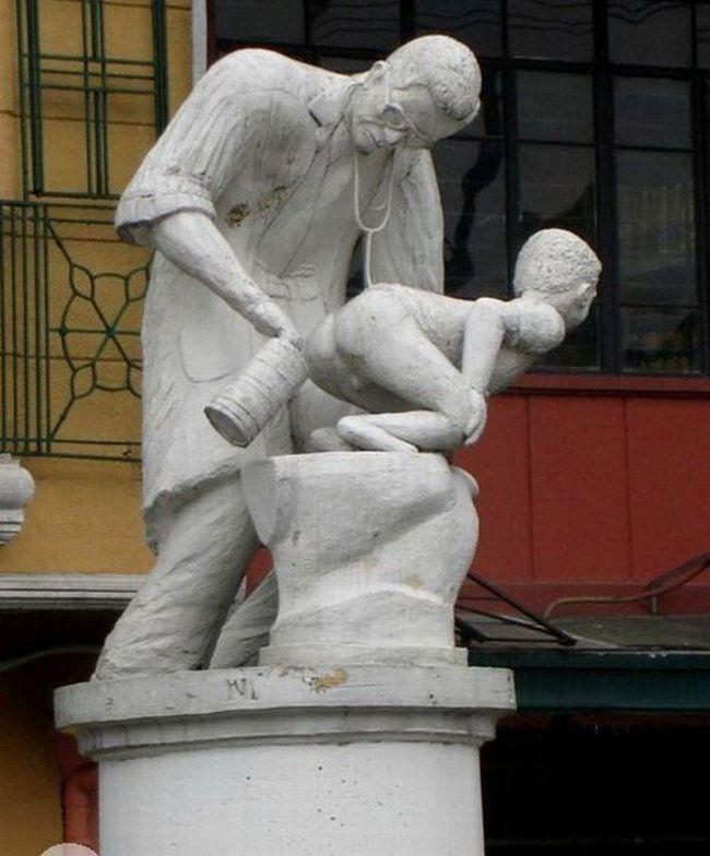 weirdstatues02 29 самых отвратительных и нелепых статуй со всего света