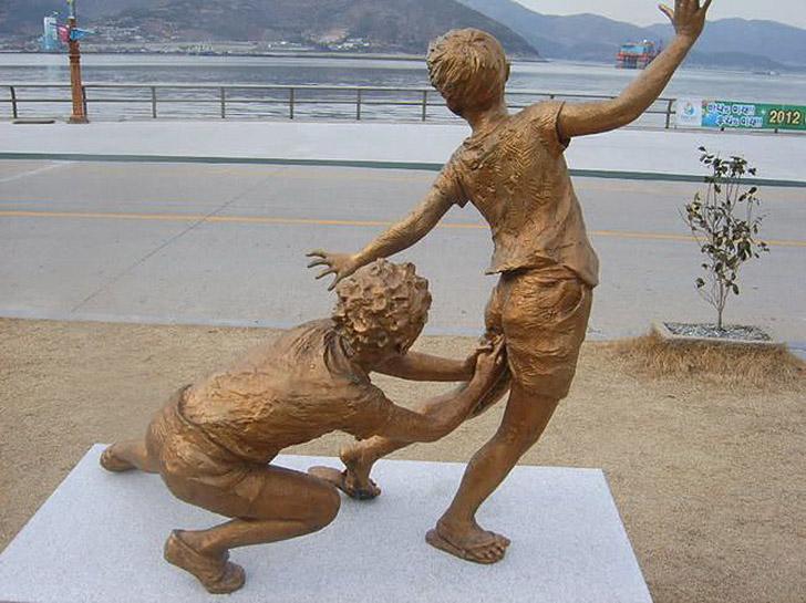 weirdstatues23 29 самых отвратительных и нелепых статуй со всего света
