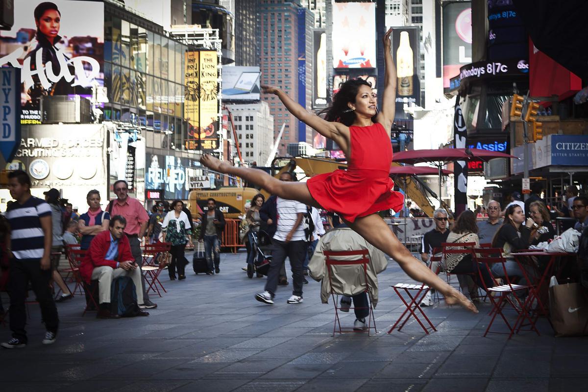 1. Танцовщица позирует фотографу перед конкурсом «Танец как искусство» Нью Йорк 22 сентября 2014. Площадь Таймс сквер в Нью Йорке