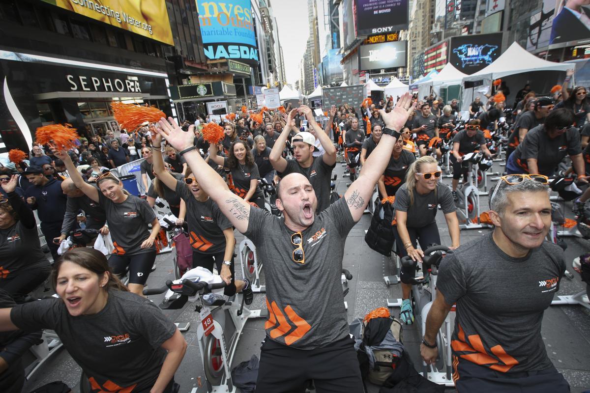 11. Участники движения за выживание проводят акцию в поддержку больных раком Таймс сквер Нью Йорк 19 сентября 2014. Площадь Таймс сквер в Нью Йорке