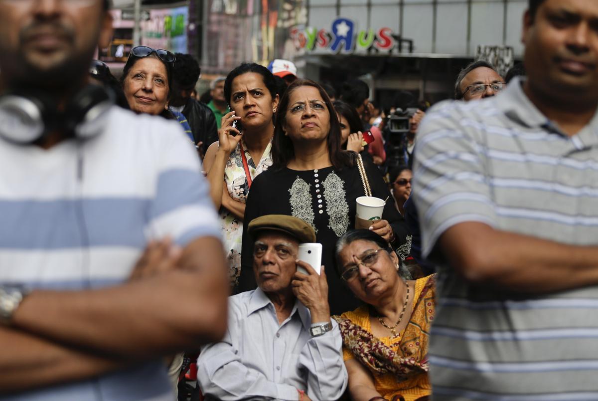 13. Представители индийской общины собрались чтобы послушать выступление индийского премьер министра Нарендра Моди 28 января 2014. Площадь Таймс сквер в Нью Йорке