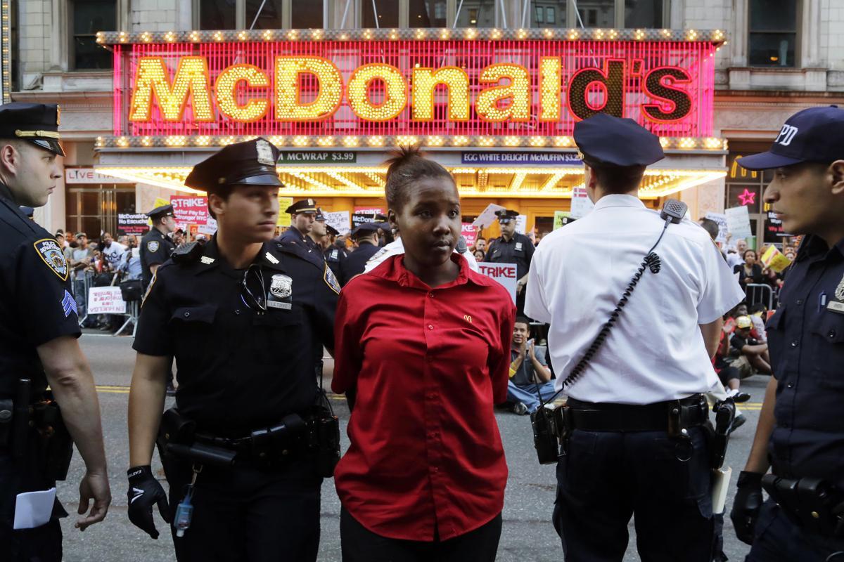 15. Сотрудники полиции арестовали участников митинга на Таймс сквер Нью Йорк 4 сентября 2014. Площадь Таймс сквер в Нью Йорке
