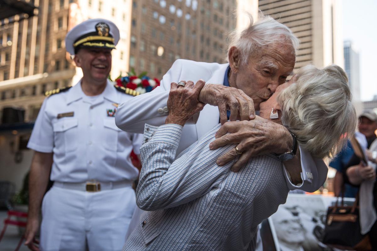 16. Пожилая пара целуется на Таймс сквер во время празднования окончания Второй мировой войны Нью Йорк. Площадь Таймс сквер в Нью Йорке