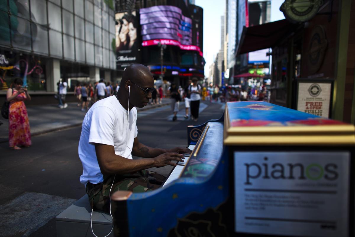 18. Дэнни Питерс играет на фортепиано на Таймс сквер Нью Йорк 1 июня 2013. Площадь Таймс сквер в Нью Йорке