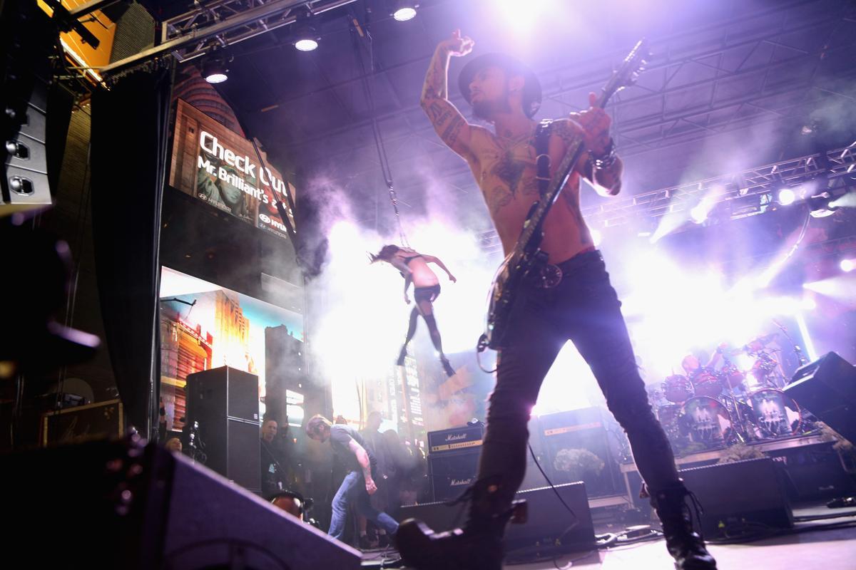 18. Музыкант Дэйв Наварро из рок группы Jane's Addiction проводит концерт на Таймс сквер Нью Йорк 12 октября 2014. Площадь Таймс сквер в Нью Йорке