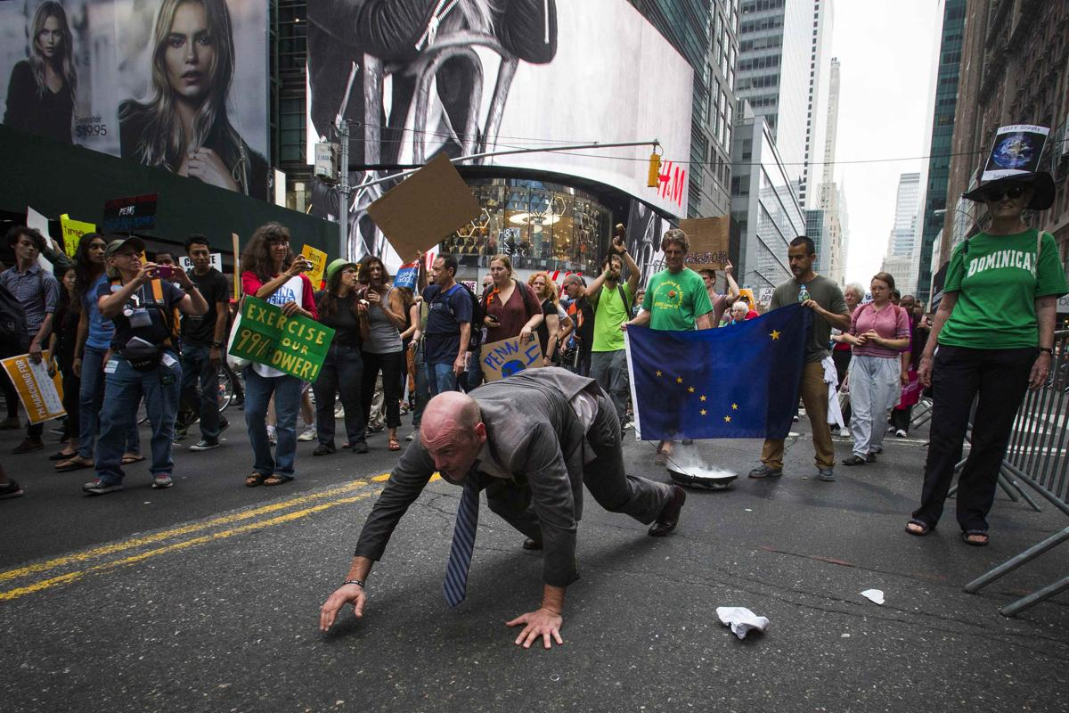19. Участники международной акции по изменению мирового климата вышли на Таймс сквер Нью Йорк 21 сентября 2014. Площадь Таймс сквер в Нью Йорке
