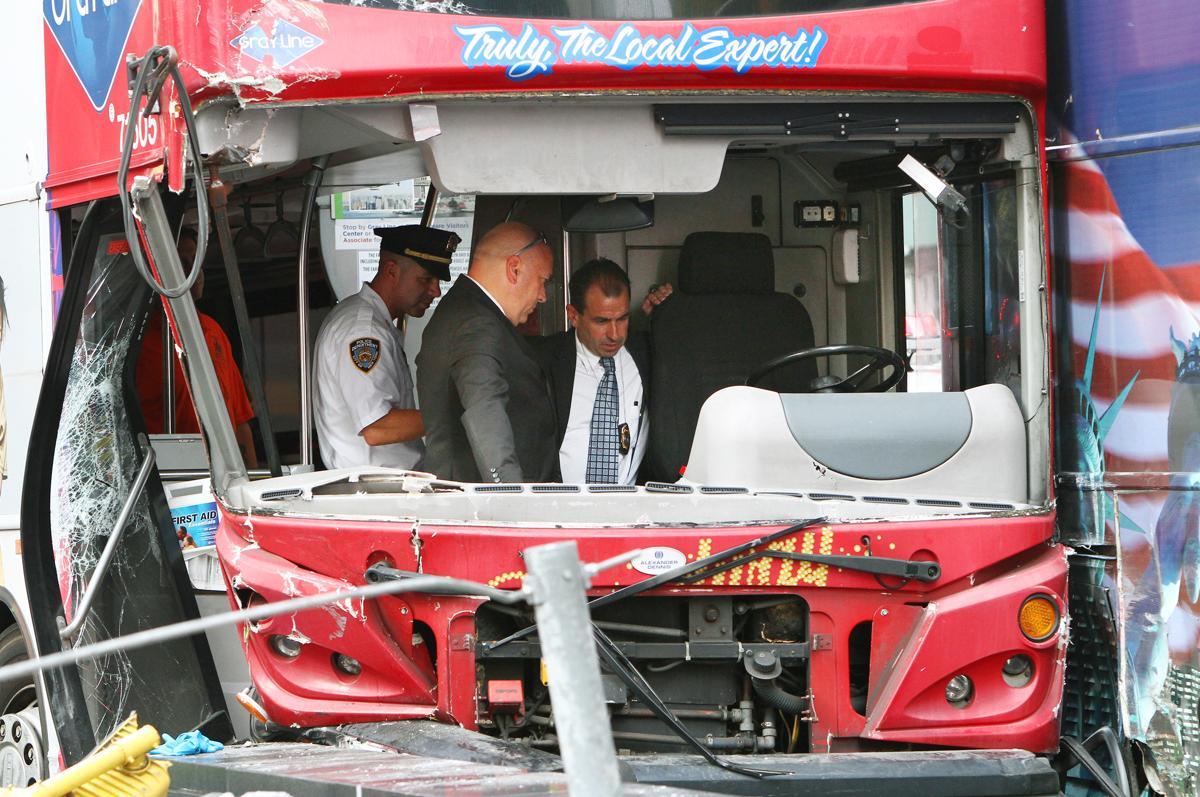 23.Полицейские изучают автобус после аварии на Таймс сквер Нью Йорк. Площадь Таймс сквер в Нью Йорке