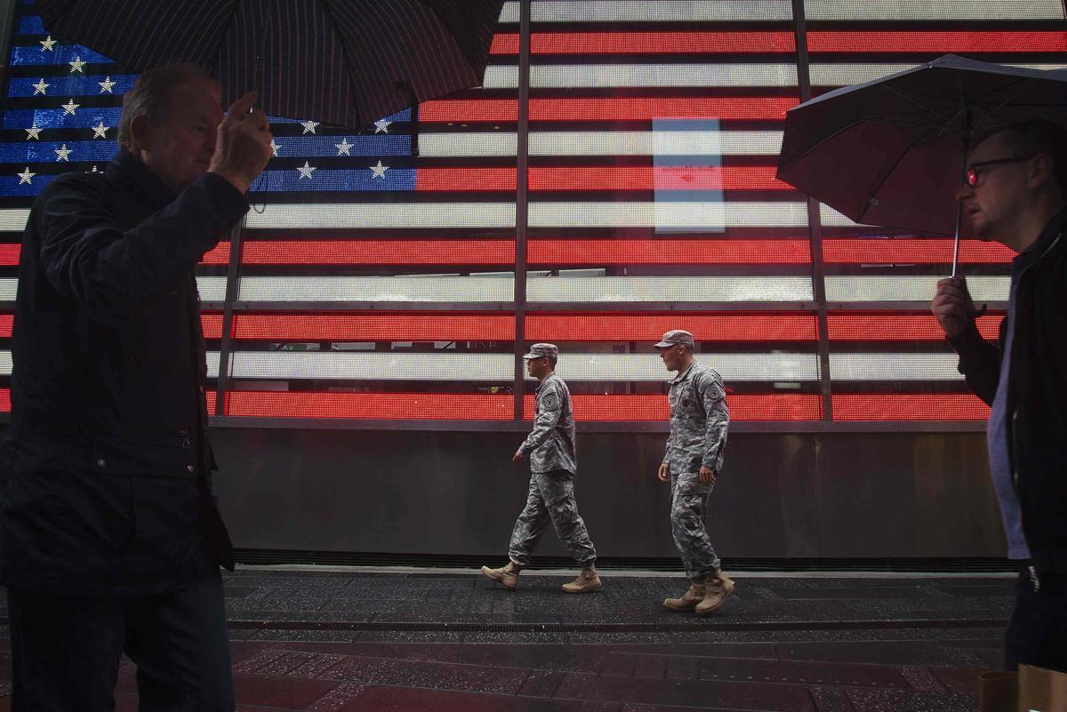 25. Американские военные прогуливаются по Таймс сквер Нью Йорк 25 сентября 2014. Площадь Таймс сквер в Нью Йорке