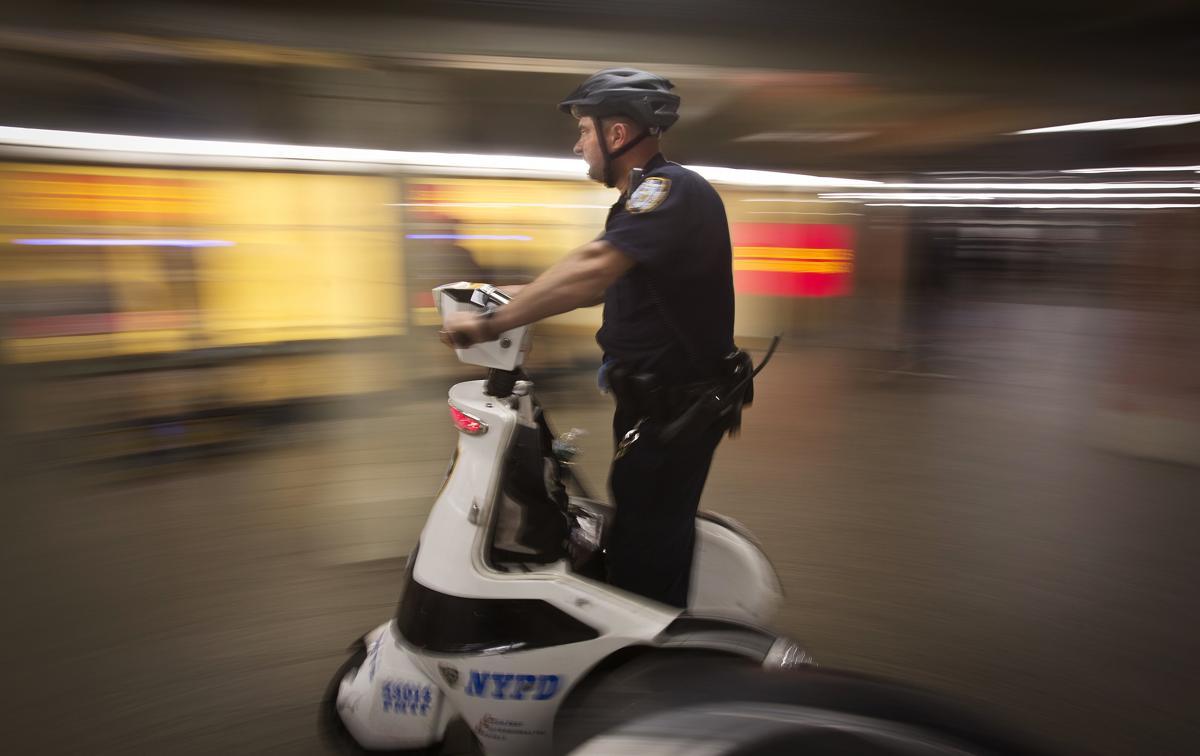 26 Полицейский патрулирует станцию метро на Таймс сквер Нью Йорк 25 сентября 2014. Площадь Таймс сквер в Нью Йорке