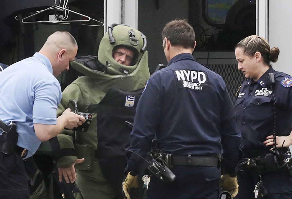 27. Полицейские исследуют подозрительный пакет оставленный на Таймс сквер Нью Йорк 29 мая 2013. Площадь Таймс сквер в Нью Йорке