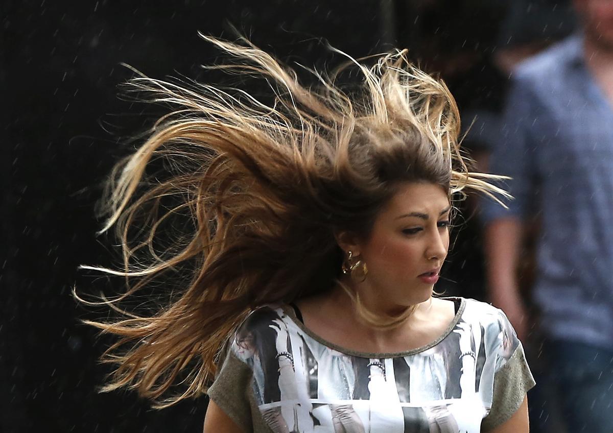 28. Женщина идет по Таймс сквер Нью Йорк 23 мая 2013. Площадь Таймс сквер в Нью Йорке