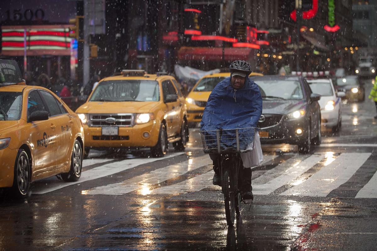 30. Человек едет на велосипеде во время снегопада на Таймс сквер Нью Йорк 29 декабря 2012. Площадь Таймс сквер в Нью Йорке