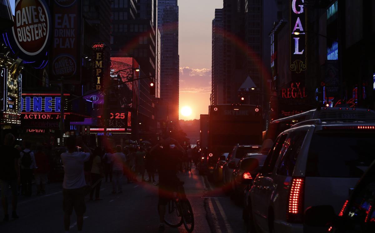 31. Заходящее солнце между двумя небоскребами на Таймс сквер Нью Йорк 11 июля 2014. Площадь Таймс сквер в Нью Йорке