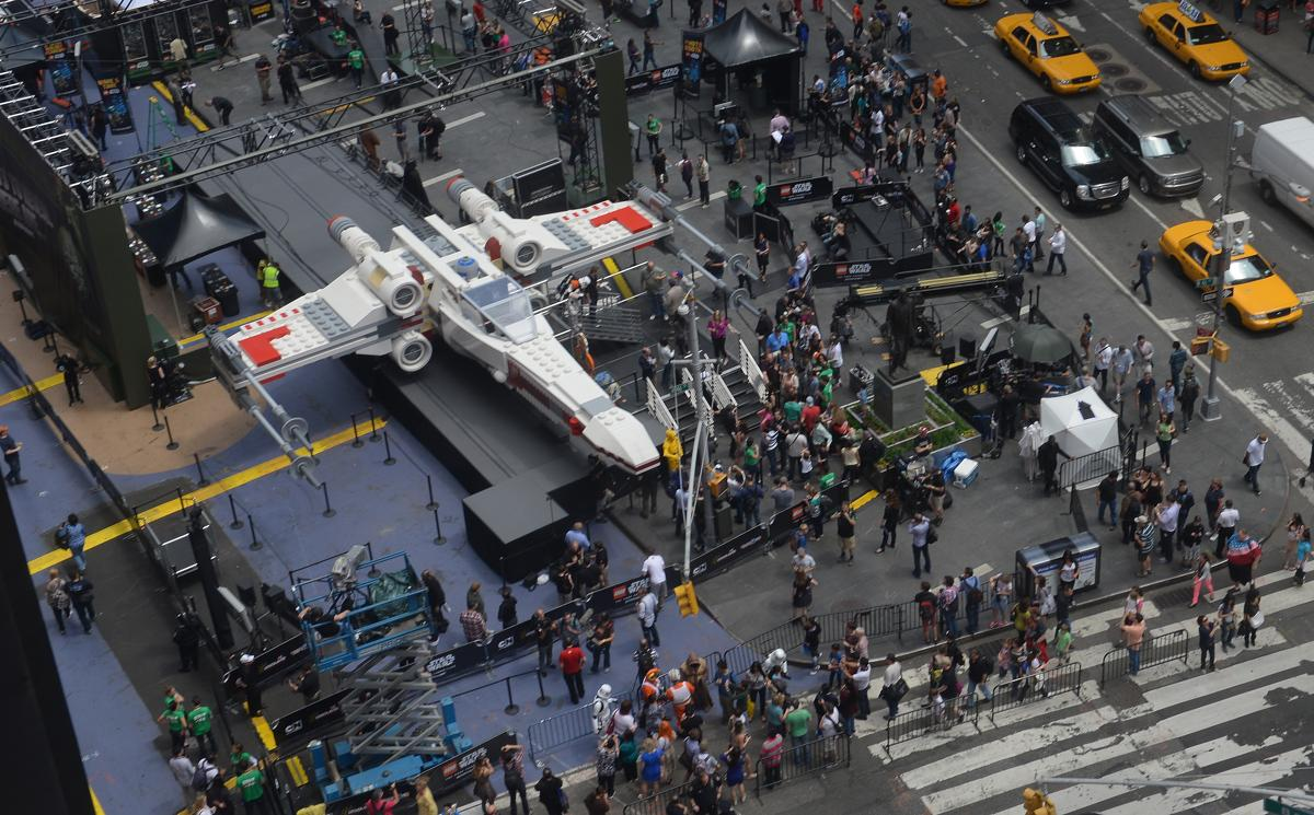 4. Крупнейшая в мире модель Лего на выставке Таймс сквер Нью Йорк 23 мая 2013. Площадь Таймс сквер в Нью Йорке