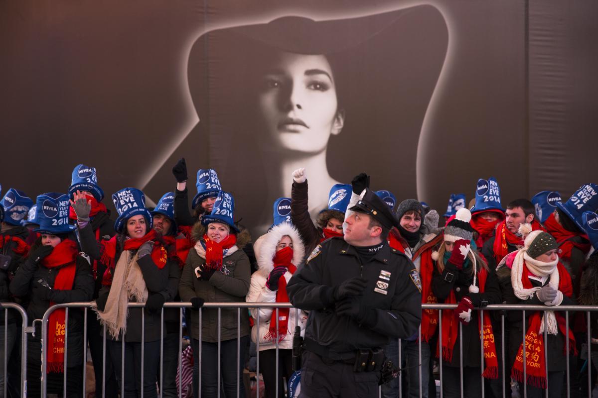 7. Полицейский следит за порядком во время празднования Нового года на Таймс сквер Нью Йорк 31 декабря 2013. Площадь Таймс сквер в Нью Йорке