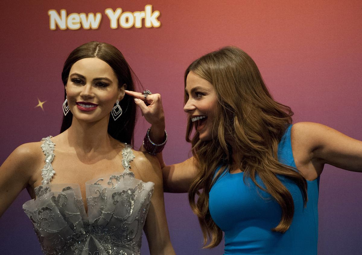 9. Колумбийская актриса и модель позирует фотографу рядом со своей восковой фигурой мадам Тюссо Таймс сквер Нью Йорк 4 июня 2013. Площадь Таймс сквер в Нью Йорке