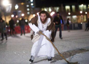 5. В ноябре на базе городской мэрии открыли новый ледовый каток, и Филли Иисуса можно часто видеть там на коньках и с хоккейной клюшкой в руке. «Иисус мог ходить по воде, а я катаюсь по льду, - смеется Грант. – Я возвращаю Иисуса в Рождество. Я всегда говорю, что Иисус – это причина этого праздника. Но это еще не все. Ко мне постоянно подходят люди, и среди них много атеистов, и они говорят, что я вдохновляю их, потому что мне все равно, как я выгляжу, и потому что я следую по зову страсти на полном ходу».