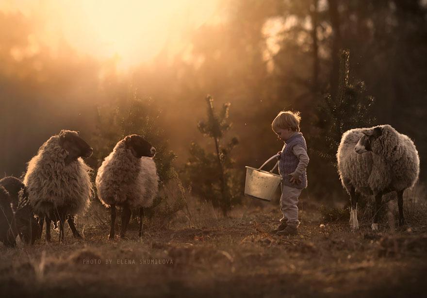 KidsWithAnimals07 Россиянка создает потрясающие фотографии своих детей с животными в деревне