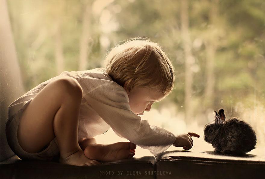 KidsWithAnimals08 Россиянка создает потрясающие фотографии своих детей с животными в деревне