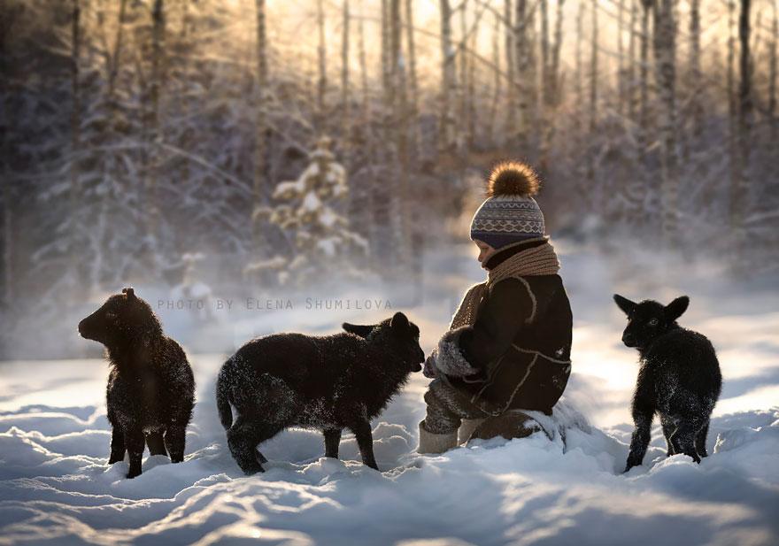 KidsWithAnimals17 Россиянка создает потрясающие фотографии своих детей с животными в деревне