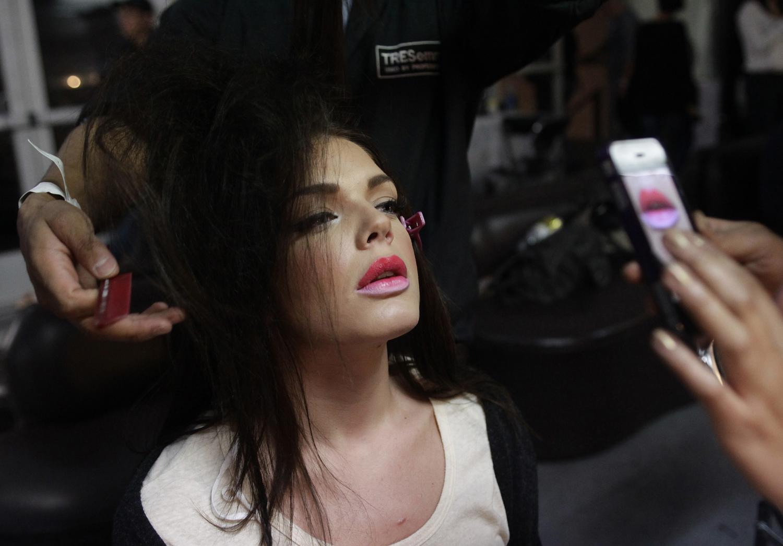 33. Модель готовится к показу за кулисами модного дефиле на неделе моды Mercedes-Benz в Мехико 12 ноября 2012 года. (Henry Romero/Reuters)
