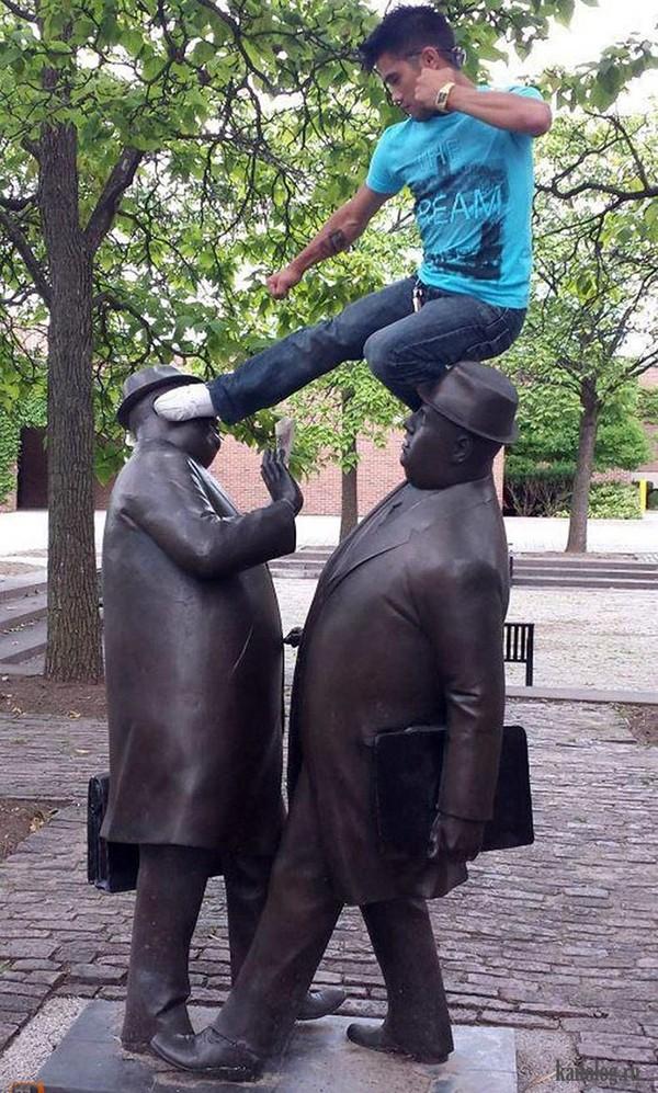 photowithstatue06 Как правильно фотографироваться с памятниками — новые идеи