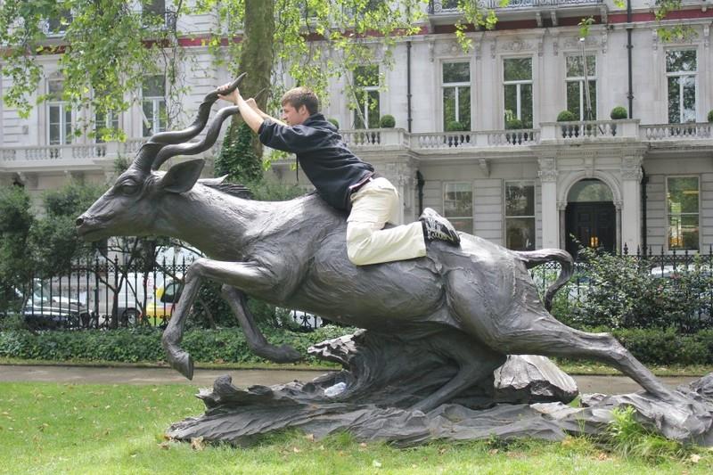 photowithstatue07 Как правильно фотографироваться с памятниками — новые идеи