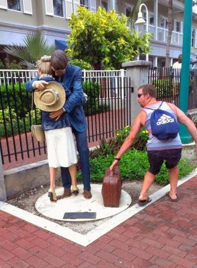 photowithstatue13 Как правильно фотографироваться с памятниками — новые идеи