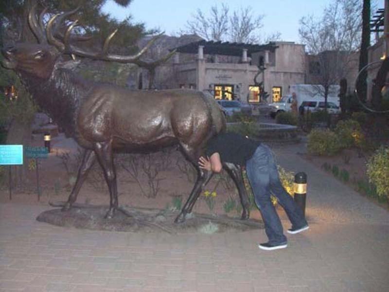 photowithstatue15 Как правильно фотографироваться с памятниками — новые идеи