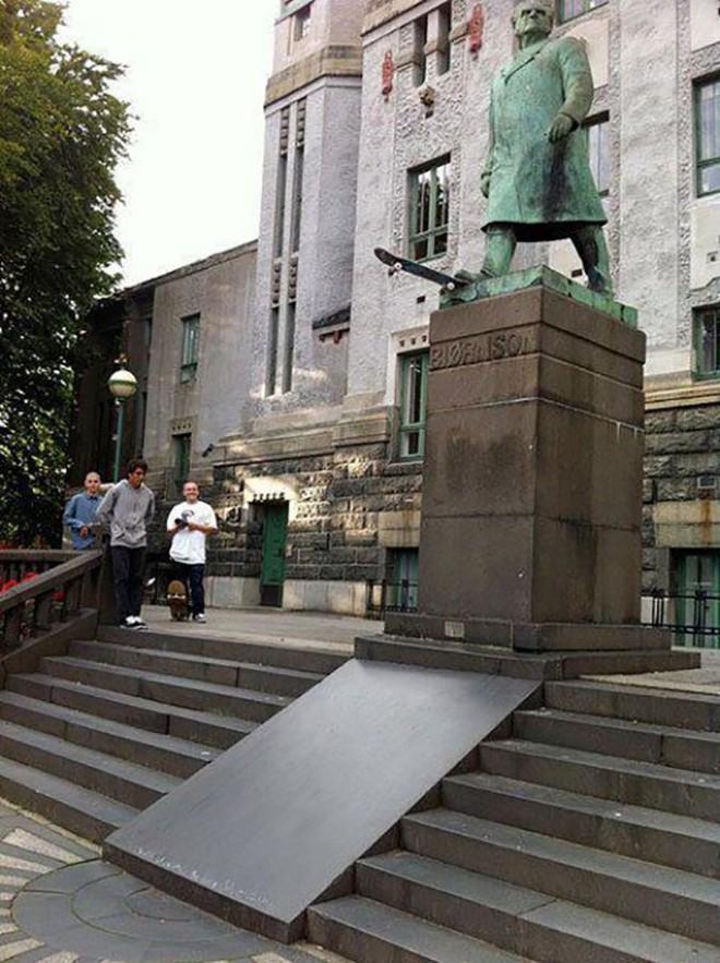 photowithstatue22 Как правильно фотографироваться с памятниками — новые идеи