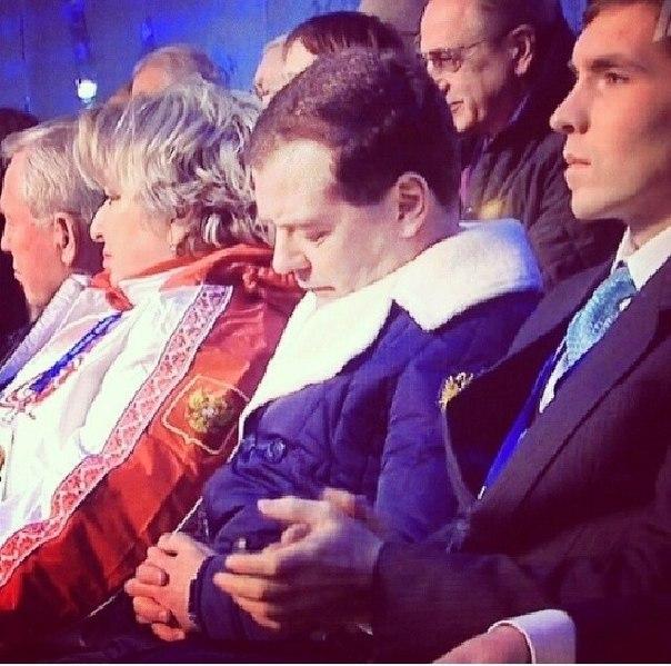 """15. Конечно же наша подборка не была бы полной без """"спящего красавца"""" российской политики — Дмитрия Медведева. Этот кадр, сделанный во время церемонии открытия Олимпиады всколыхнул Интернет."""