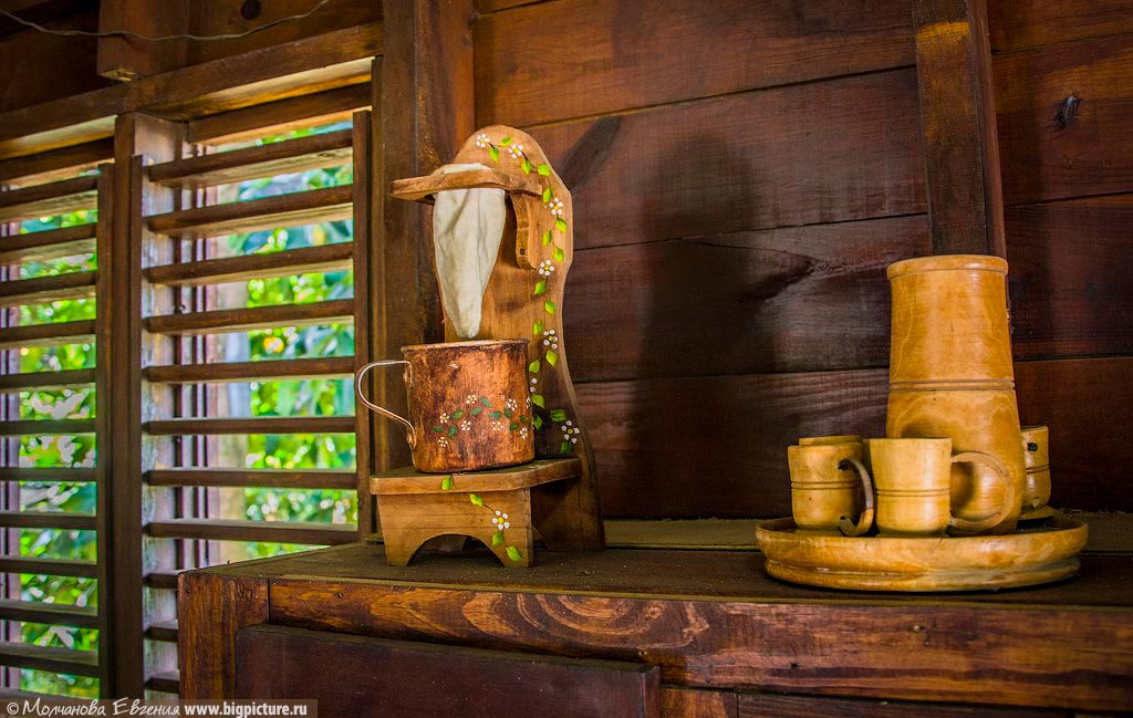 А раньше в местных деревнях использовали вот такие незамысловатые «кофемашины» из чашки и носка.