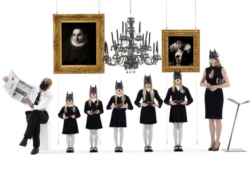 """8. Многие работы Рансинана можно сравнить с монументальными живописными полотнами — они представляют собой грандиозные многофигурные композиции (количество персонажей в них может доходить до 40) и имеют размер в несколько метров. Одна из таких работ — гигантская фоторабота под названием """"Девочки семьи Бэтмена"""" (179 х 264 см) была продана на аукционе за 97 250 фунтов."""