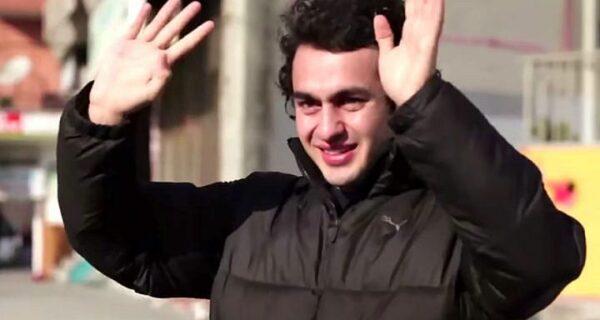 Глухой парень был тронут до слез, узнав, что жители его района выучили язык жестов, чтобы поговорить сним