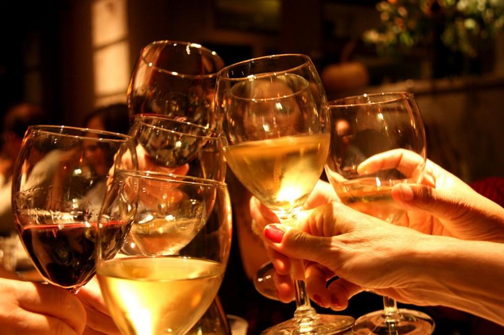 Картинка с вином и бокалами за столом, сделать бесконечную открытку