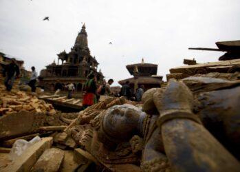 Разрушенная в результате землетрясения статуя, Катманду, 26 апреля 2015 года.