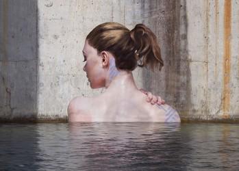 Женщины, выходящие из воды — творение художника, балансирующего на доске для сёрфинга