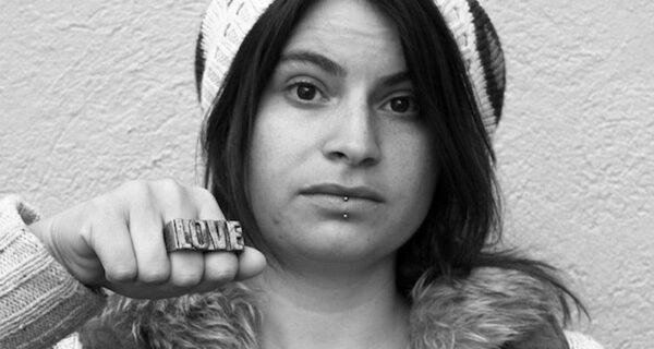 Сильные фотографии о том, что носят девушки для самозащиты