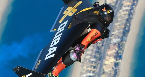 Человек-самолет: головокружительный полет над Дубаем